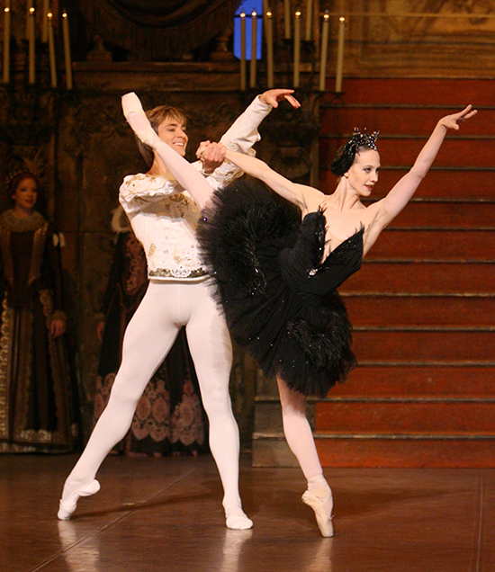 Alicia Amatriain and Friedemann Vogel performing in 'Black Swan'. ©Stuttgart Ballet