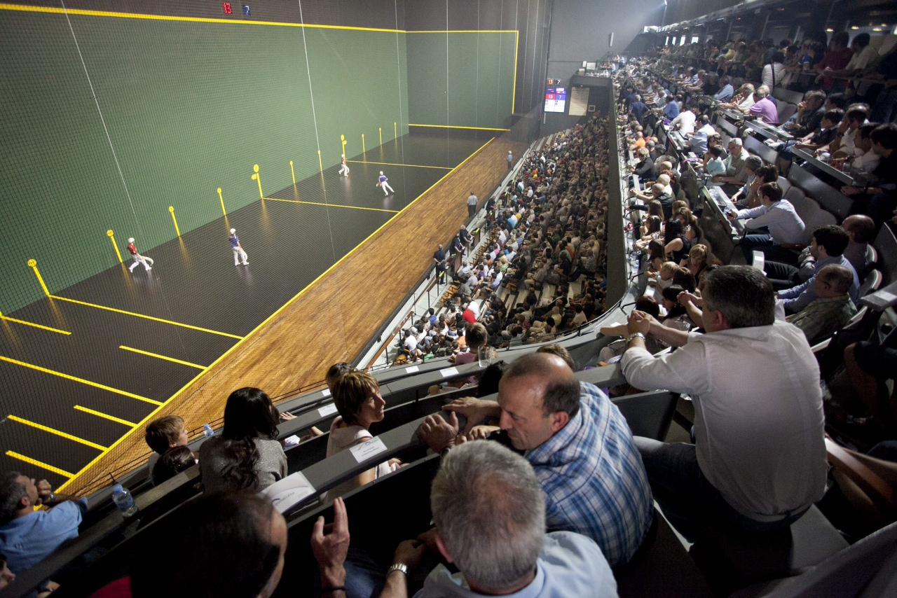 The Galarreta fronton of Hernani (Gipuzkoa) full of people.