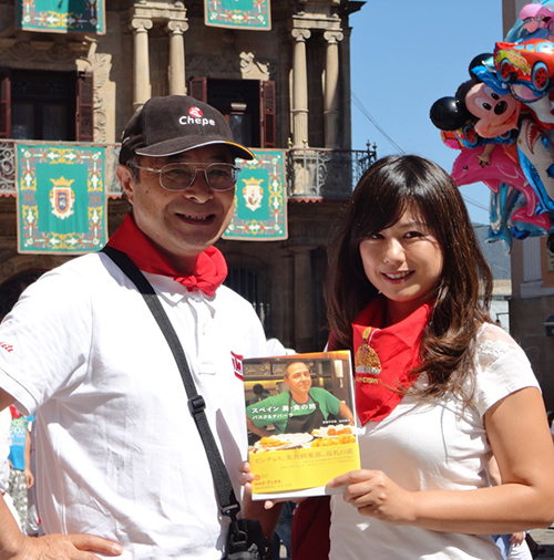 The author of this article at the San Fermín festival in Pamplona with Chiyoshi Sugawara, photographer for her successful book